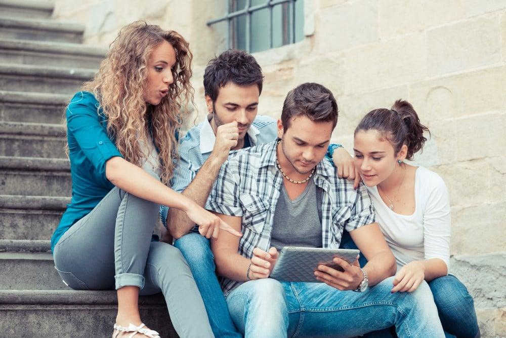 Unge der kigger på en tablet