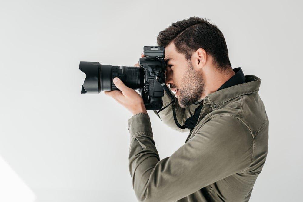 Mandlig fotograf på arbejde