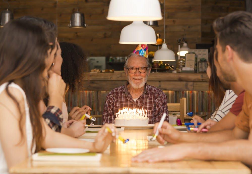 Familie der fejrer fødselsdag