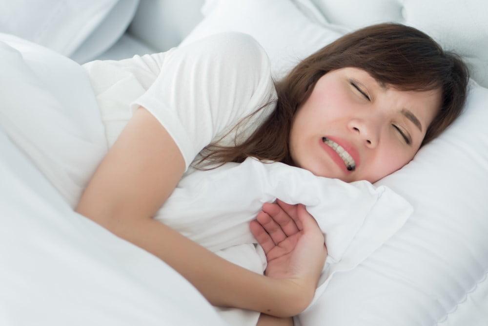 Kvinde der skærer tænder om natten