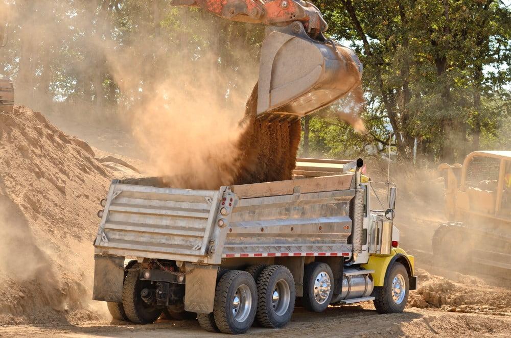 Lastbil der fyldes med jord