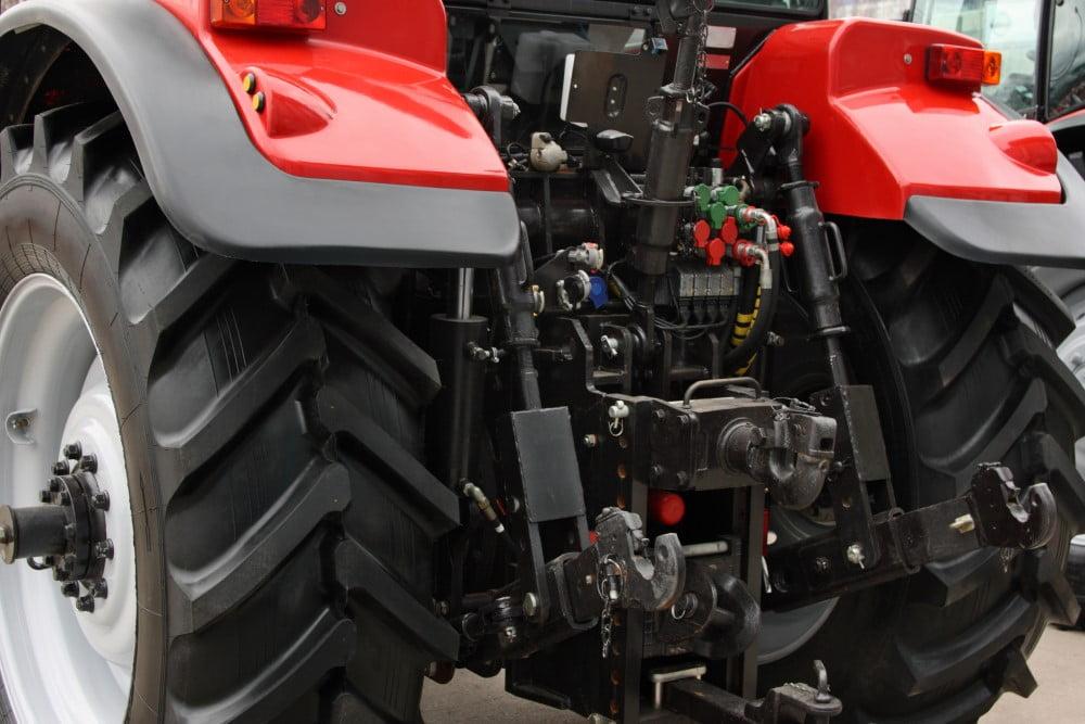 Rød traktor med opmærkede kabler