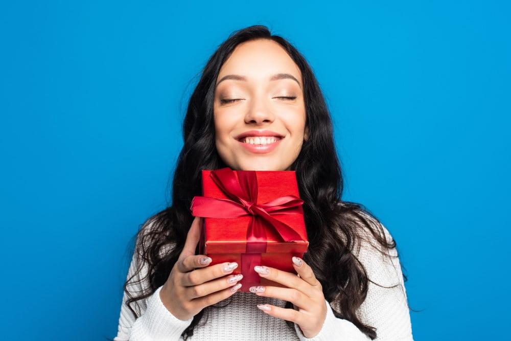 Glad kvinde der holder en gave