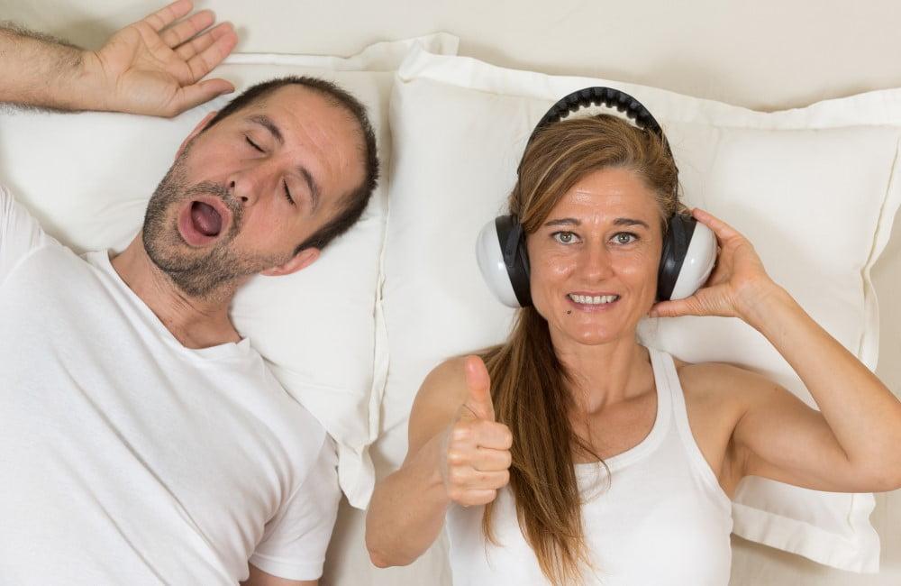 Kvinde med snorkende mand ved sin side